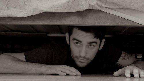 Сховався під ліжком, щоб зробити сюрприз дружині, але випадково дізнався всю правду…