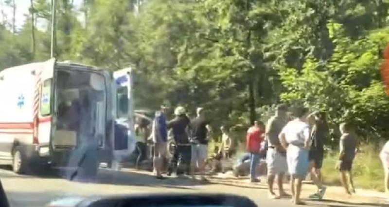 Терміново! У Києві перекинулася маршрутка з людьми! Купа швидких летять на допомогу! (ВІДЕО)