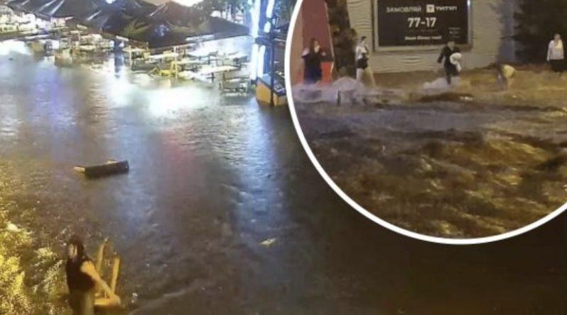 Чийсь батько і син…В Одесі після зливи потоком води вулицями плило тіло чоловіка (відео)