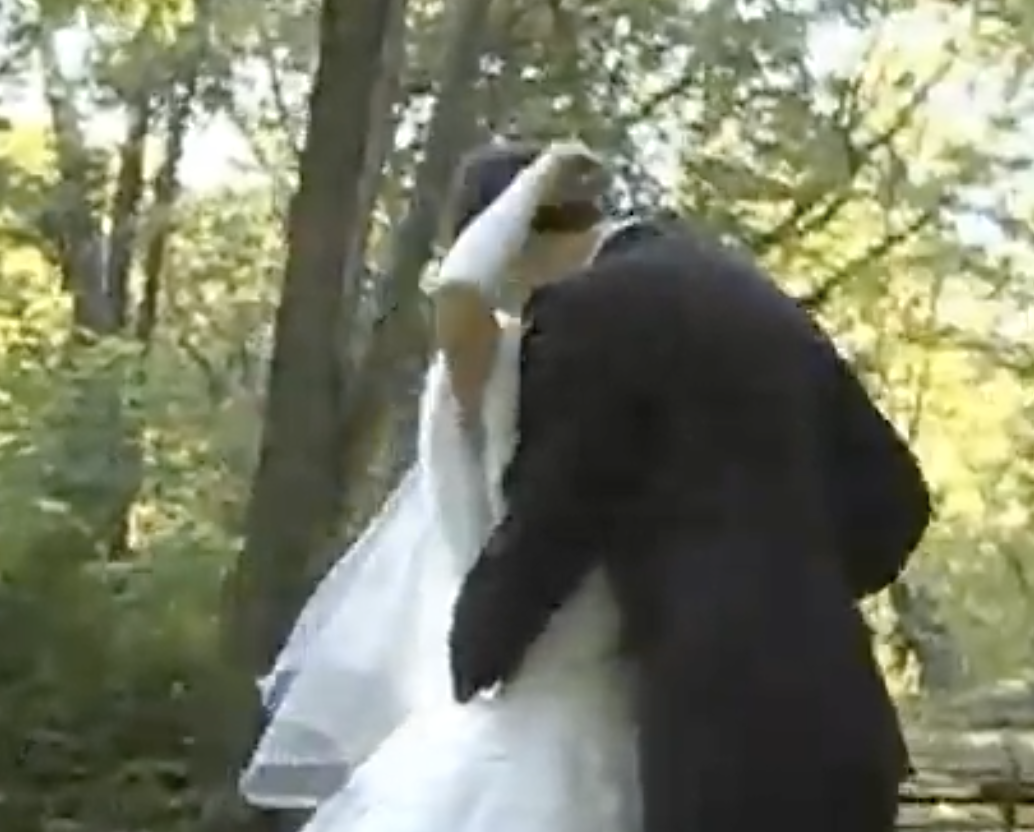 Перша красуня села вийшла заміж за батька двох дітей. Всі в селі відвернулися від неї, але потім пошкодували