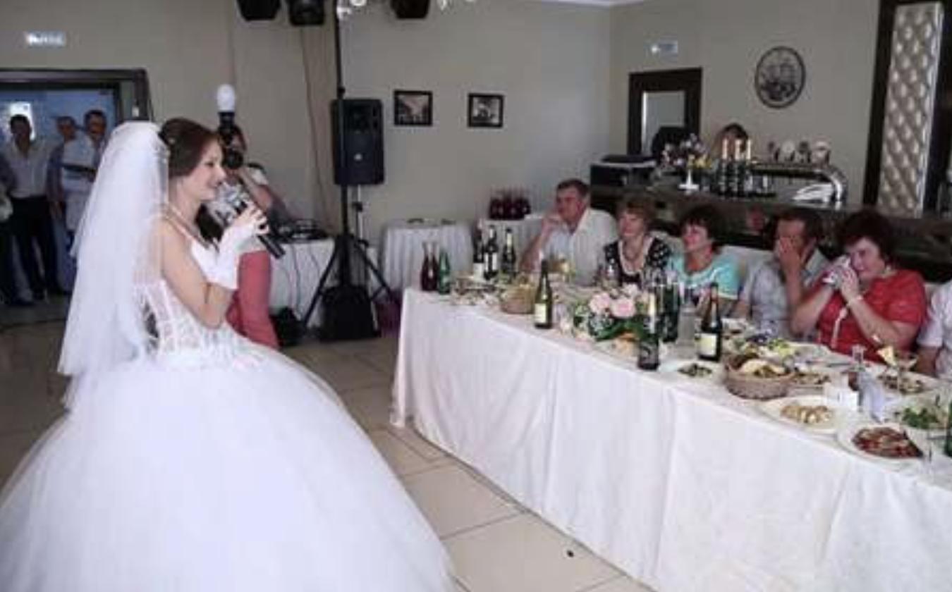 Наречена під час весілля сказала тост. Почувши його, свекруха негайно покинула урочистості….