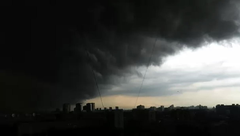 Київ 15 хвилин назад накрив скажений вітер зі зливою: жителі в ш0ці показали відео раптової бурі
