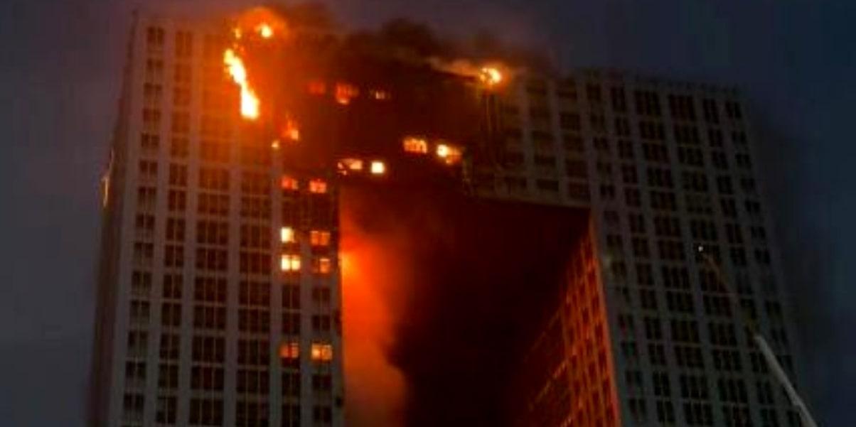Відео. В охоплених вогнем квартирах рятувальники шукають людей: страшна пожежа. Палає хмарочос в Китаї.