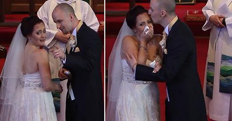 Наречений зупинив весільну церемонію і попросив свою наречену обернутися. Дівчина не могла стримати сліз!