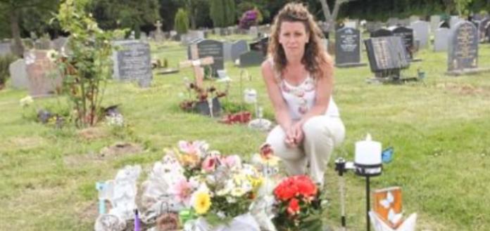 Убuта rорем мати приходить на могилу свого 4-річну сина. Її доводить до сліз те, що вона там знаходить…