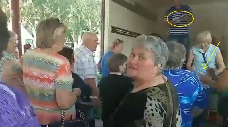 Догадуєтеся що це за черга?! Це ДНО! Україні з такими як ці жіночки нічого не світить і немає майбутнього (ВІДЕО)