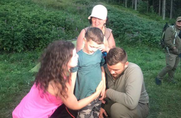 """""""Синочку,як ти? Олексійко… Це він…"""": батьки зниклого хлопчика в горах радіють… Дитину кілька хв тому знайшли волонтери… Відео. Подробиці вражають…"""