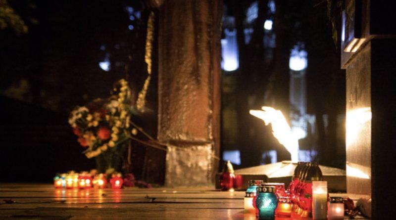"""""""Він сьогодні поклав своє життя за нас, за Україну: Помоліться за сироту.."""": зараз проводжають в останню дорогу молодого біця ЗСУ"""