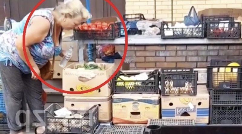 Гоcподи, це ж якийcь жаx…вона що хвора? Продавчиня огірків на відомому ринку спеціально плює на овочі для того щоб вони..