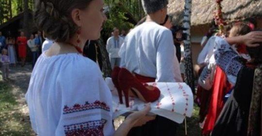 З подвір'я Кравчуків на усе село чулися весільні музики. Наталя стояла чорна як земля, коли почула за спиною перешіптування сусідів