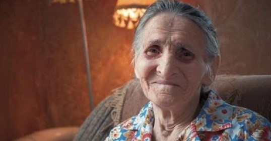 Анна Петрівна сиділа в сквері лікарні і гірко плакала. Нині їй виповнився сьомий десяток, але жоден родич не приїхав і навіть не подзвонив