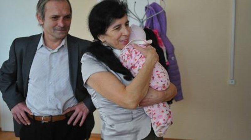 Ніколи не пізно! Вона стала мамою в 60 років. Ось, як живе і виглядає її дочка, якій вже 6 років…