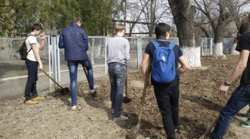 Під час навчального процесу в школі примушували дітей прибирати клумбу в чистому одязі та ще й без курток