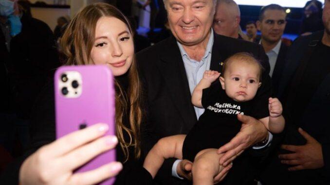 Малюк не винен! Фото Петра Порошенка з дитиною на руках у Дніпрі викликало ажіотаж у Мережі