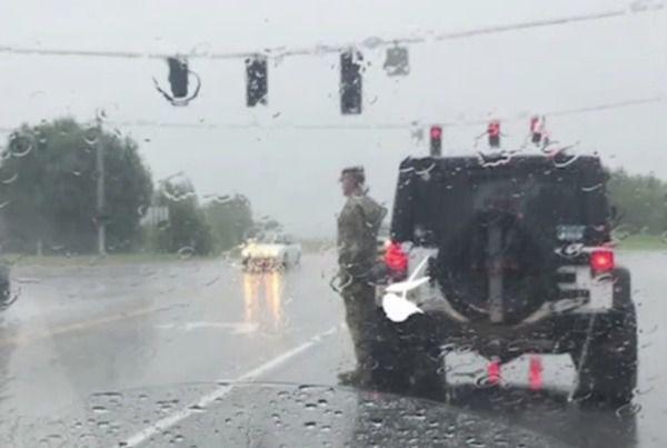 Вразить кожного читача!Солдат вийшов з машини і став стояти струнко. Водії думали прогнати його, поки не побачили …