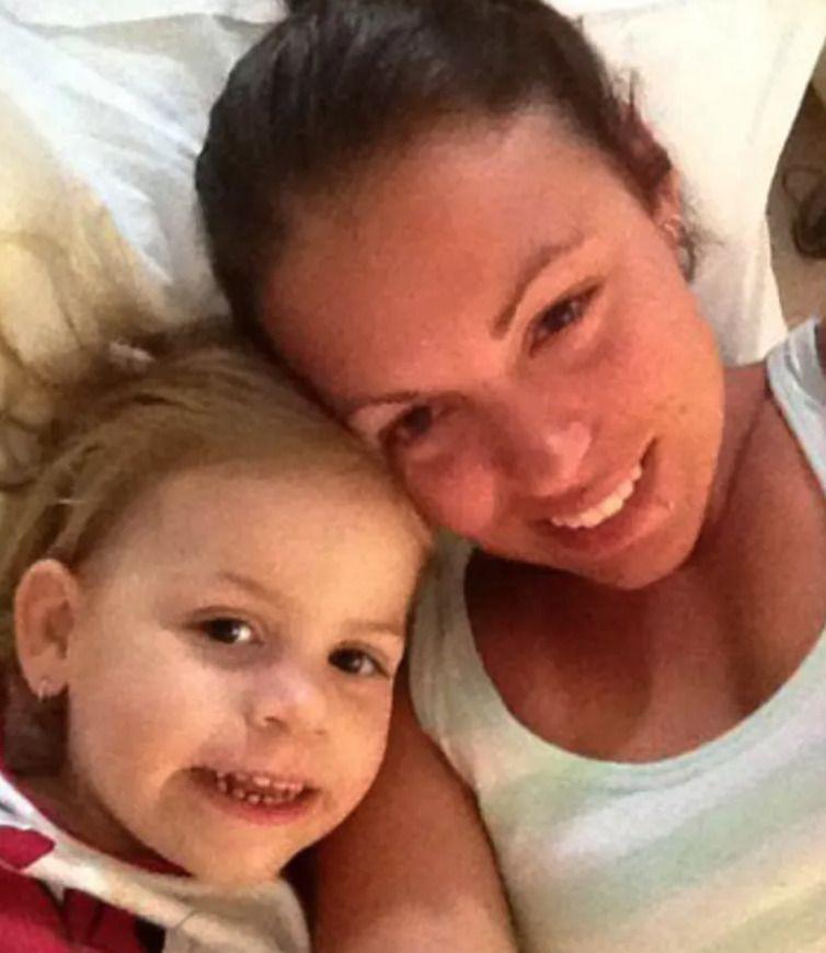 Жінка, яка спала ра3ом 3 донькою, прокинулася вночі від гучного шипіння кішки і побачила на ліжку непроханого гостя…