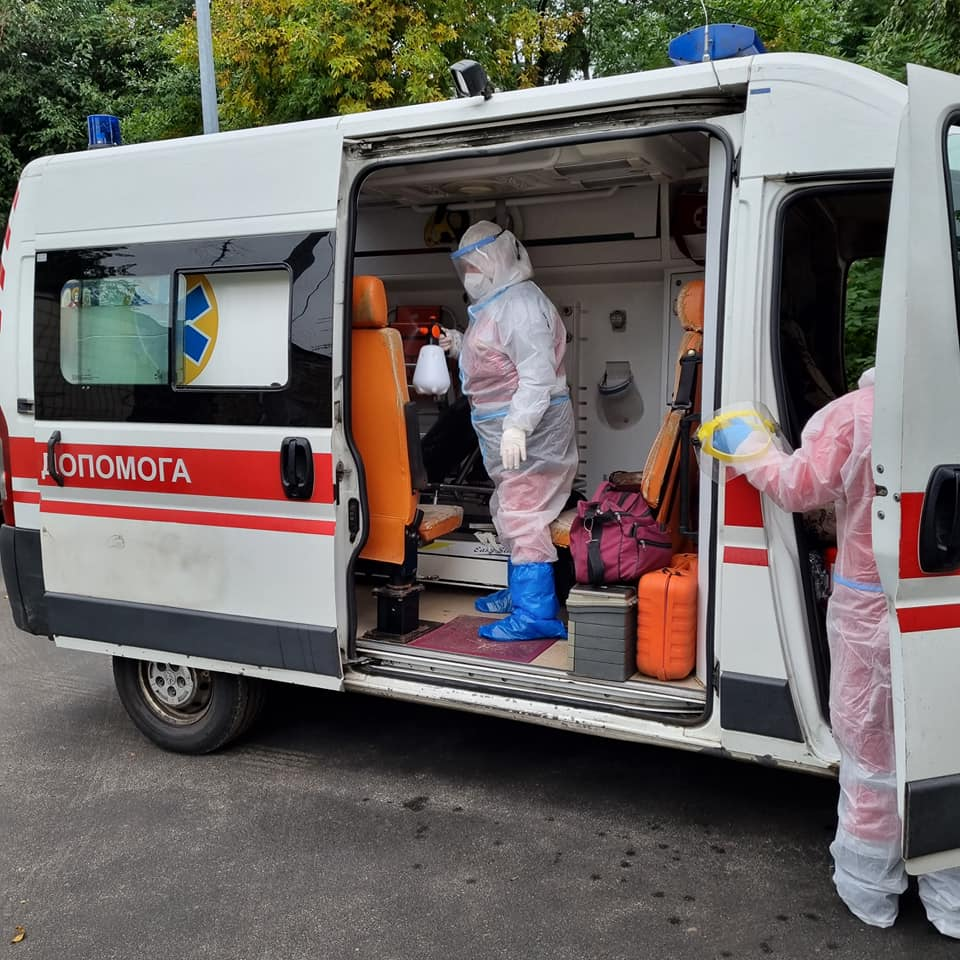 """""""Тато, тато… Тільки видужай…"""": Київ. 4 інфекційна лікарня. Один з лікарів стоїть осторонь і курить. Обличчя сіре від утоми. Підходжу."""