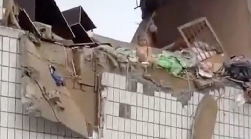 Крихітна дівчинка, яка вижила сидить на краю руїн: моторошне відео та фото малюка після вибуху багатоповерхівки