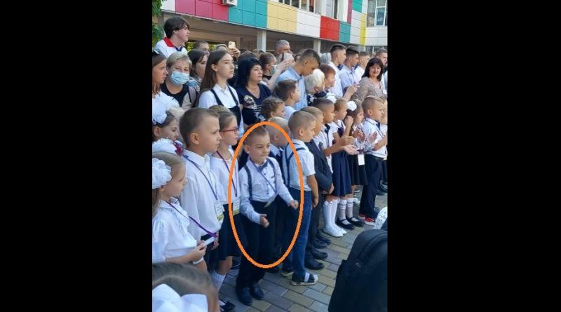 Першокласник з Дніпра, підірвав соцмережі: Прямо під час урочистої лінійки хлопчина не заважючи ні на що пішов у танок (Відео)