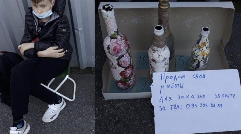 Щоб заробити кишенькові гроші торгує пляшками та бере замовлення: у Столиці біля метро знайшли школяра-підприємця
