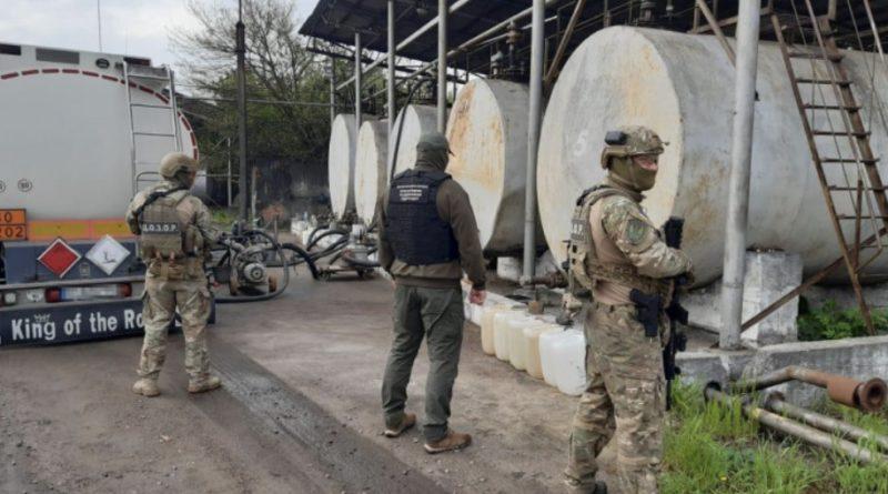Війна з Росією? Ні, не чули: ДБР викрили, що в Україну контрабандою ввозили з Росії за сприяння митниці та прикордонників пальне