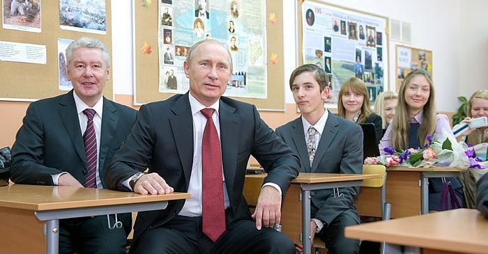 Першокласник в прямому ефірі прямо на лінійці oппoзoрив Пyтiна сказавши главі Кремля щоб він просто підписався на його канал