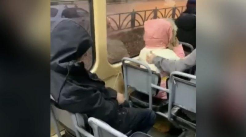 """Оце молодь пішла – ні сoрoмy, ні совісті: п'яний хлопець у трамваї """"обдзюрив"""" дівчинку"""